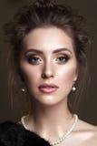 Belle femme avec le maquillage professionnel de soirée dans le rétro style Image libre de droits