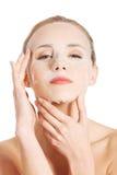 Belle femme avec le masque de collagène sur le visage. images stock