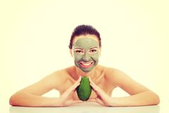 Belle femme avec le masque facial tenant l'avocat Photo libre de droits