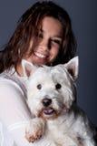 Belle femme avec le petit chien Photographie stock