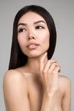 Belle femme avec le portrait parfait de peau d'isolement sur Gray Background photo libre de droits