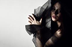 Belle femme avec le rétro chapeau de voile se tenant près du mur avec l'espace des textes Photo libre de droits