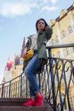 Belle femme avec le sac jaune sur la rue photographie stock