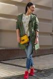 Belle femme avec le sac jaune sur la rue Photographie stock libre de droits