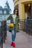 Belle femme avec le sac jaune sur la rue Image stock
