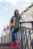 Belle femme avec le sac jaune sur la rue Images libres de droits