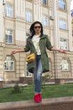 Belle femme avec le sac jaune sur la rue Photo libre de droits
