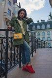 Belle femme avec le sac jaune sur la rue image libre de droits