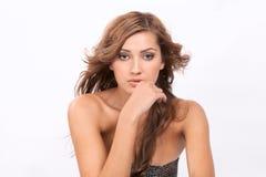 Belle femme avec le soufflement, cheveux onduleux Images stock