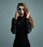 Belle femme avec le squelette de maquillage abasourdi Images libres de droits