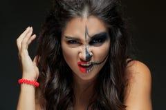 Belle femme avec le squelette de maquillage moiti visage photo stock image 60756855 - Maquillage halloween moitie visage ...