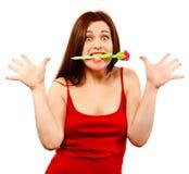 Belle femme avec le stylo dans des ses dents photos libres de droits