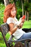 Belle femme avec le téléphone portable Photographie stock libre de droits