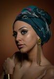 Belle femme avec le turban Jeune femelle attirante avec le turban et les accessoires d'or Femme à la mode de beauté Images libres de droits