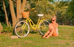 Belle femme avec le vélo, en parc photos libres de droits
