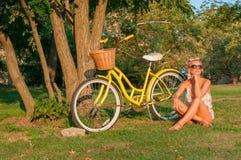 Belle femme avec le vélo, en parc photo stock