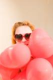 Belle femme avec les baloons en forme de coeur Images libres de droits