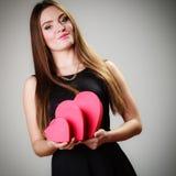 Belle femme avec les boîte-cadeau en forme de coeur rouges Images libres de droits