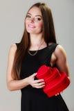 Belle femme avec les boîte-cadeau en forme de coeur rouges Images stock