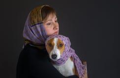 Belle femme avec les châles de port de chien de basenji Photographie stock libre de droits