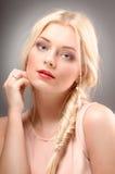 Belle femme avec les cheveux blonds longtemps droits. Mannequin Photos libres de droits