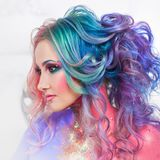 Belle femme avec les cheveux lumineux Couleur lumineuse de cheveux, coiffure avec des boucles image stock