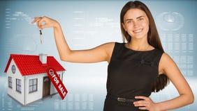 Belle femme avec les clés et la petite maison Photos libres de droits