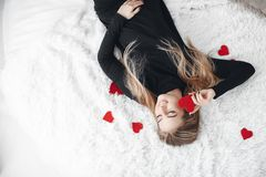 Belle femme avec les coeurs rouges dans le jour d'amour Image libre de droits