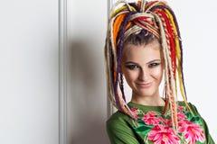 Belle femme avec les dreadlocks lumineux de couleurs Photographie stock