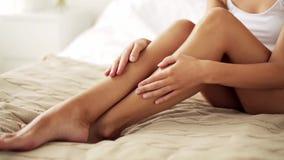 Belle femme avec les jambes nues sur le lit à la maison clips vidéos