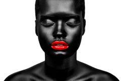 Belle femme avec les lèvres noires de peau et de rouge Image libre de droits