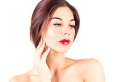 Belle femme avec les lèvres rouges touchant la joue Composez avec les lèvres rouges Photo libre de droits