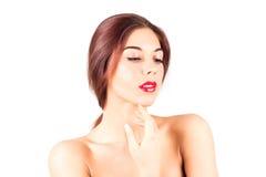 Belle femme avec les lèvres rouges touchant le menton Composez avec les lèvres rouges Photographie stock
