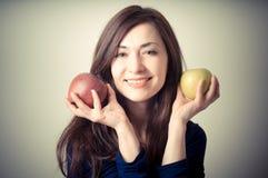 Belle femme avec les pommes rouges et jaunes Photographie stock libre de droits