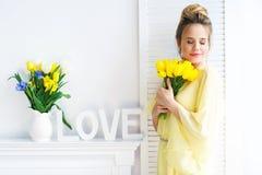 Belle femme avec les tulipes jaunes Photos stock