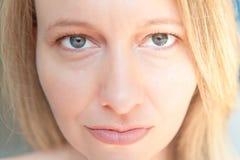 Belle femme avec les yeux verts et les cheveux blonds photos libres de droits