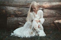 Belle femme avec sa petite chèvre Images stock
