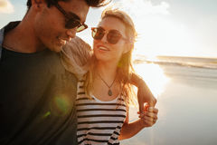 Belle femme avec son ami sur la plage Photo stock