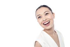 Belle femme avec sourire au loin Image stock