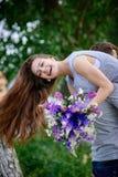 Belle femme avec un bouquet de loup sur l'épaule de l'homme Photo libre de droits