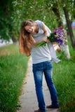 Belle femme avec un bouquet de loup sur l'épaule de l'homme Images libres de droits