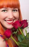Belle femme avec un bouquet des roses Photographie stock libre de droits