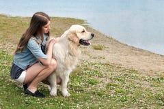 Belle femme avec un chien dehors Image stock