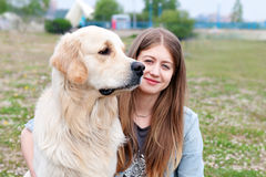 Belle femme avec un chien dehors Images libres de droits
