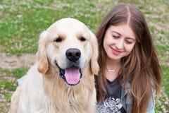 Belle femme avec un chien dehors Photos libres de droits