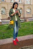 Belle femme avec un smartphone dehors photos libres de droits