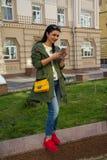 Belle femme avec un smartphone dehors photo libre de droits