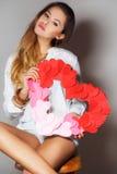 Belle femme avec un symbole de Saint-Valentin Photographie stock