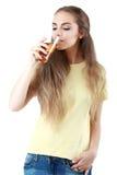 Belle femme avec un verre de jus, d'isolement sur le blanc Image libre de droits