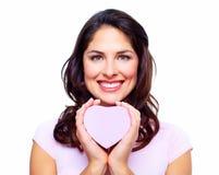 Belle femme avec une boîte de coeur. Photos stock